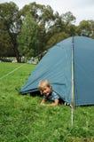 Kind im Zelt Stockfotografie