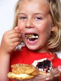 Kind isst Bonbons lizenzfreie stockbilder