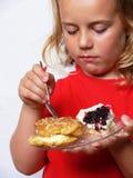 Kind isst Bonbons lizenzfreies stockbild