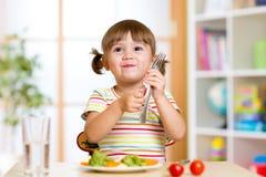 Kind isst gesundes Lebensmittel zu Hause oder Kindergarten stockbilder