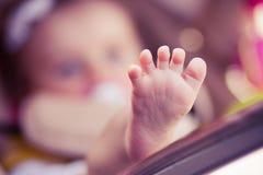 Kind ist Lüge in einem Wagen Stockbilder