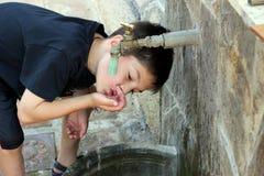 Kind ist Trinkwasser Lizenzfreies Stockbild