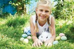 Kind jagte auf Osterei in blühendem Frühlingsgarten Stockfoto