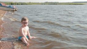 Kind 2 Jahre alt mit Gläsern stock footage