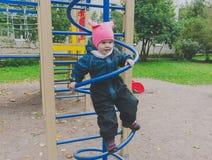 Kind 4-5 Jahre, die auf einem gewundenen Bogen spielen Lizenzfreie Stockfotografie