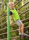 Kind-Junge, der auf Treppen spielt Lizenzfreie Stockbilder