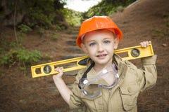 Kind-Junge mit waagerecht ausgerichtetem spielendem Heimwerker draußen Lizenzfreies Stockfoto