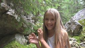 Kind in kampierendem Kind auf Gebirgspfad, Schulmädchen, das in Forest Adventure sich entspannt lizenzfreie stockbilder