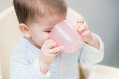Kind in keuken het drinken van een kop van water Royalty-vrije Stock Fotografie