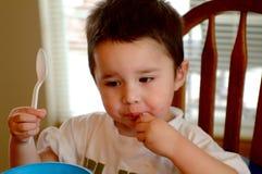 Kind-Kleiner Junge mit dem Mittagessen Lizenzfreies Stockbild