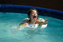 Kind-Kleines Mädchen-Spritzen Stockfoto
