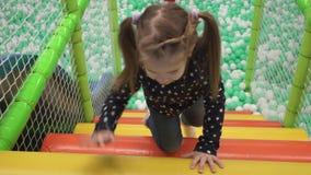 Kind klettert Treppe auf Spielplatz in der Mitte der Kinder stock video footage