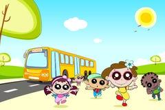 Kind-kommender außerschulischer Bus Lizenzfreies Stockfoto