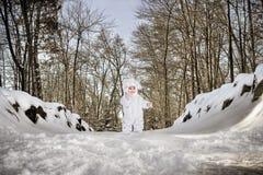 Kind in konijntjeskostuum in sneeuw Stock Foto