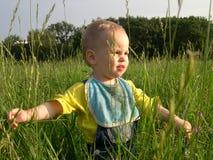 Kind in kruid Royalty-vrije Stock Afbeeldingen