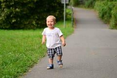 Kind läuft die Gasse im Park durch Lizenzfreie Stockbilder