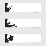 Kind las mit gesetzter Illustration der weißen Fahne Stockfoto