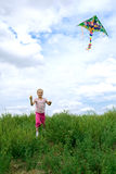 Kind laufen gelassen auf Feld Lizenzfreies Stockfoto