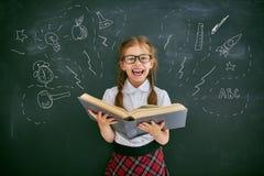 Kind lernt in der Klasse Stockbild