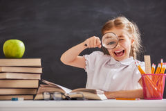 Kind lernt in der Klasse Stockfotos