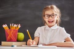 Kind lernt in der Klasse Stockfoto