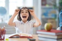 Kind lernt in der Klasse lizenzfreie stockbilder