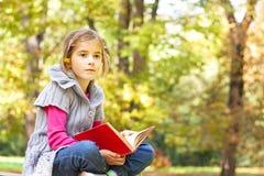 Kind lernt in der Natur lizenzfreie stockfotos