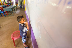 Kind in les op school door Zorg van project de Cambodjaanse Jonge geitjes Royalty-vrije Stock Afbeelding