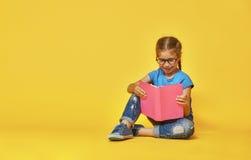 Kind liest ein Buch stockfotografie