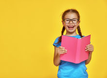 Kind liest ein Buch lizenzfreie stockbilder