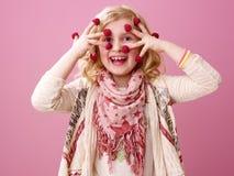 Kind lokalisiert auf rosa Hintergrund mit Himbeeren auf Fingern Lizenzfreies Stockbild