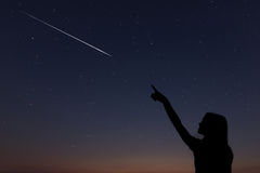Kind macht einen Wunsch, indem er eine Sternschnuppe sieht Lizenzfreie Stockfotografie