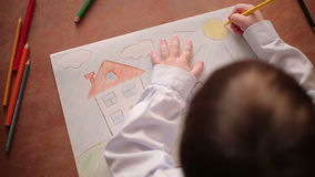 Kind malt eine Zahl stock footage
