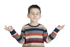Kind meditieren lizenzfreie stockfotos