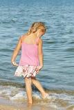 Kind, meisje op de overzeese kust Royalty-vrije Stock Foto