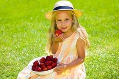 Kind met aardbeien royalty-vrije stock afbeelding