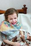 Kind met ademhalingsziekte die inhalatie met inhaleertoestel maken stock fotografie