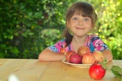 Kind met appelen Stock Foto's
