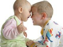 Kind met baby op wit stock afbeelding
