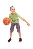 Kind met basketbal dat op witte achtergrond wordt geïsoleerds stock afbeeldingen