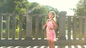 Kind met bellenventilator in openlucht stock footage