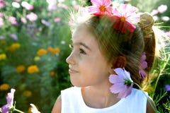 Kind met bloem in haar royalty-vrije stock foto