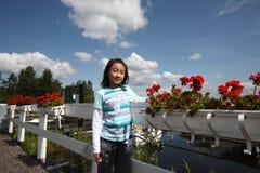 Kind met bloemen stock afbeelding