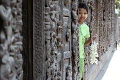 Kind met bloemen in Myanmar Stock Afbeelding