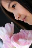 Kind met boeket van tulpen stock afbeelding