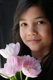 Kind met boeket van tulpen royalty-vrije stock afbeelding