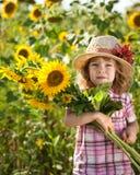 Kind met bos van zonnebloemen stock fotografie