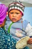 Kind met cake in Nepal Stock Afbeeldingen