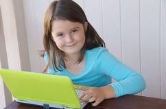Kind met computer Stock Afbeelding
