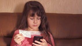 Kind met creditcard stock videobeelden